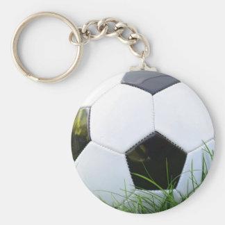 Ballon de football dans l'herbe d'été porte-clé rond