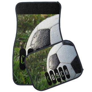 Ballon de football noir et blanc dans l'herbe tapis de voiture