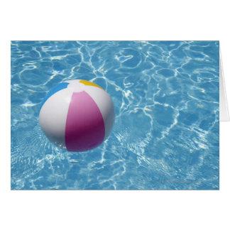 Ballon de plage dans la piscine carte de vœux