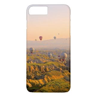 Ballons à air chauds au-dessus d'un beau relief coque iPhone 7 plus