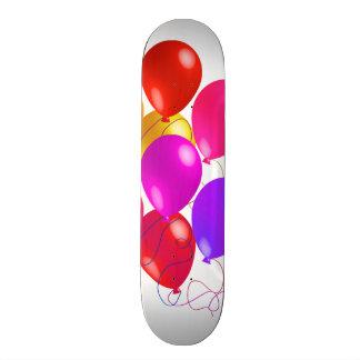 Ballons de partie dans un arc-en-ciel de couleurs planches à roulettes customisées