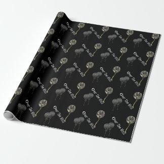 Ballons noirs au-dessus du papier d'emballage de papier cadeau