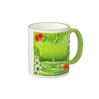 Bambou vert de l'eau et tasse tropicale de fleurs