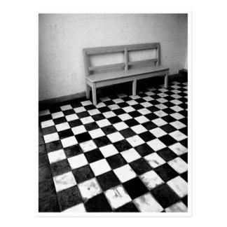 Banc vintage sur le noir/blanc de tuiles cartes postales