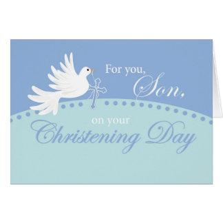Baptême pour le fils, colombe sur le bleu carte de vœux