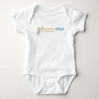 Barboteuse ou chemise de bébé de jours de