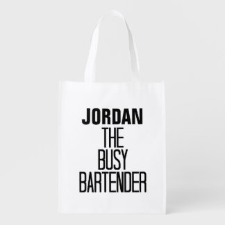 Barman occupé sacs d'épicerie réutilisables