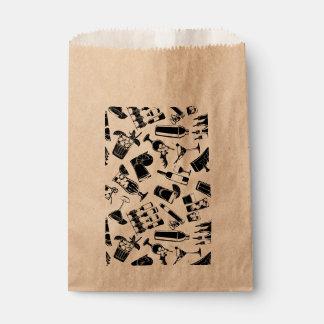 Barre noire de cocktail de motif sachets en papier