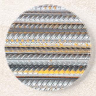 Barres d'acier de motif rouillées dessous de verre