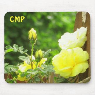 Barrière en bois et rose jaune vos initiales tapis de souris