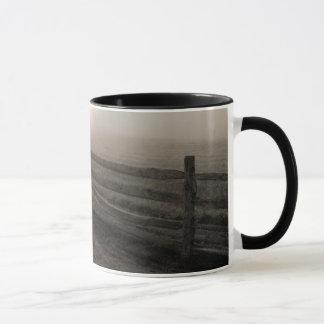 Barrière et rayon de soleil par le brouillard près mug