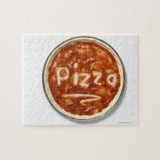 Base de pizza avec la sauce tomate et le mot puzzle