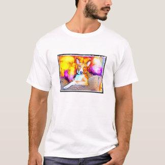 Basenji se penchant sur le T-shirt de chaise