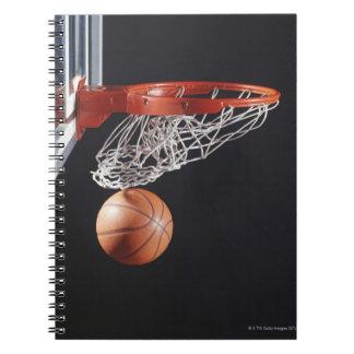 Basket-ball dans le cercle, plan rapproché carnet à spirale