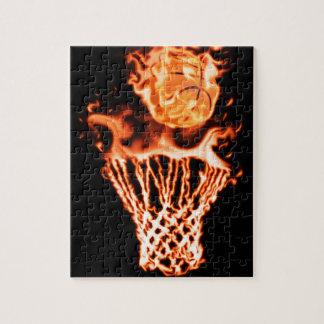 Basket-ball sur le feu passant par le filet du feu puzzle