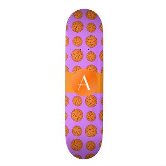 Basket-balls pourpres en pastel de monogramme plateau de planche à roulettes