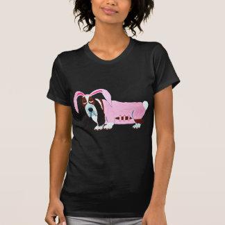 Basset Hound dans le costume rose de lapin T-shirt