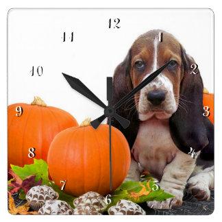 Basset Hound dans l'horloge de carré de chien de c Horloge Carrée