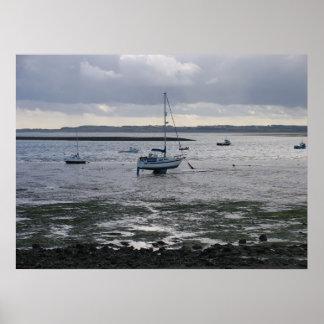Bateau à voile à l île sainte Lindisfarne Affiche