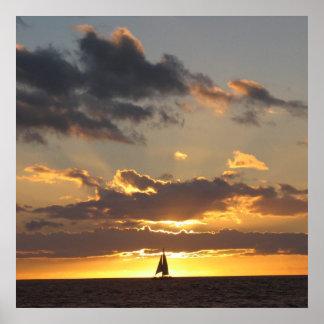 Bateau à voile au coucher du soleil affiches