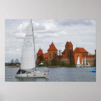 Bateau à voile avec le château d'île par le lac Ga Posters