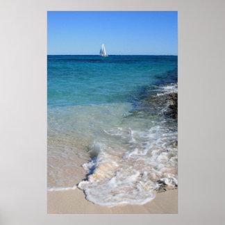 Bateau à voile blanc dans l'eau tropicale - affich posters