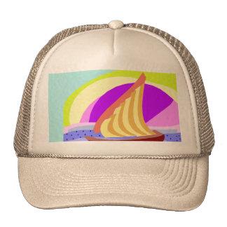 Bateau à voile, ciel coloré d'arc-en-ciel et chape casquettes