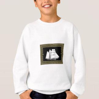 bateau à voile dans l'eau sweatshirt