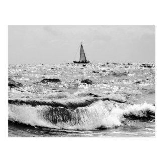 Bateau à voile et une belle vague carte postale