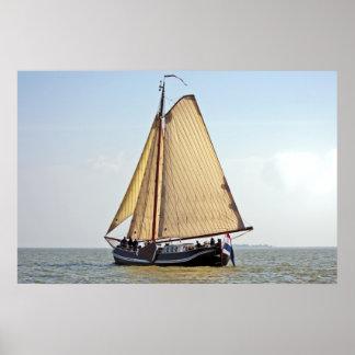 Bateau à voile néerlandais traditionnel dans Pays- Affiches