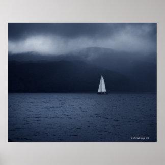 Bateau à voile par temps orageux dans l'écossais affiche