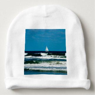 Bateau à voile sur l'océan bonnet de bébé