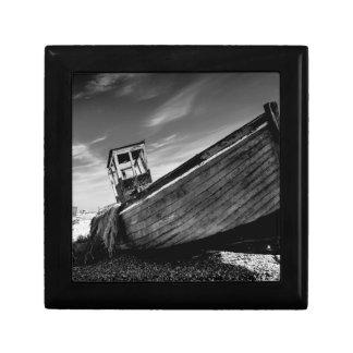 Bateau abandonné sur la plage de Dungeness Petite Boîte À Bijoux Carrée