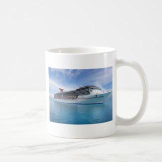 Bateau de croisière dans les eaux des Caraïbes Mug