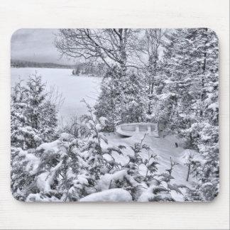 Bateau de pêche, forêt d'hiver, tempête de neige d tapis de souris