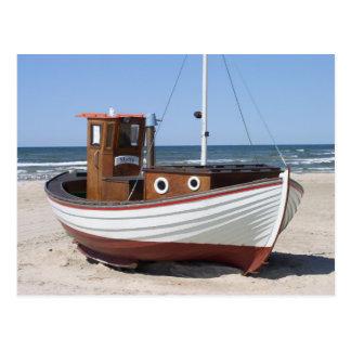 Bateau de pêche nautique se reposant sur la plage  carte postale