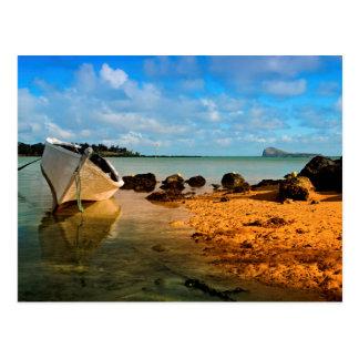 Bateau de pêche sur la plage mauricienne avec carte postale