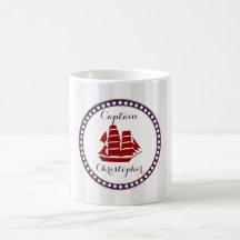 Bateau rouge nautique et rayures grises avec le tasse
