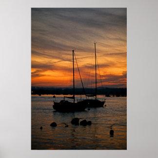 Bateaux à voile de port de Poole au coucher du sol Affiche