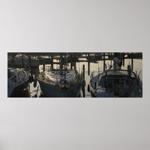 Bateaux à voile et yachts amarrés dans le port de  poster