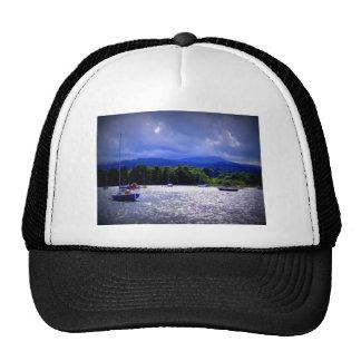 Bateaux à voile sous un ciel orageux casquettes de camionneur