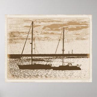Bateaux à voile sur le rivage affiche