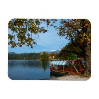 Bateaux de touristes dans le lac saigné en automne magnet flexible