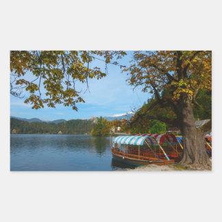 Bateaux de touristes dans le lac saigné en automne sticker rectangulaire