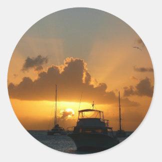 Bateaux et paysage marin tropical de coucher du sticker rond
