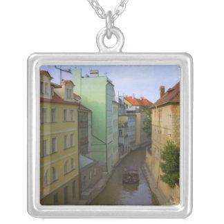 Bâtiments historiques avec le canal, Prague, Collier