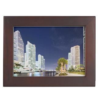 Bâtiments le long de la rivière Riverwalk de Miami Boîtes À Souvenirs