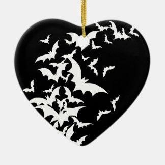 Battes blanches sur le noir ornement cœur en céramique