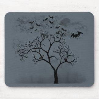 Battes et corneilles de Halloween dans l'arbre Tapis De Souris