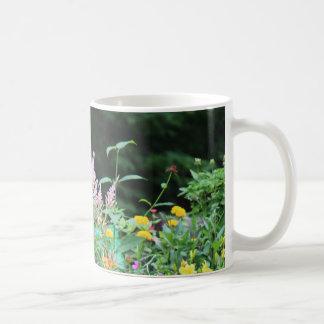 Beau champ de tasse de café de fleurs